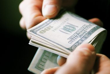 Глава Антикоррупционного суда Нигерии погорел на взятке в 27 тысяч долларов