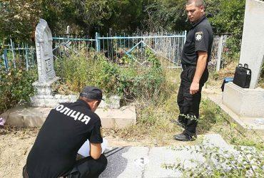 В Одесской области неизвестные повредили памятники на кладбище (ФОТО)