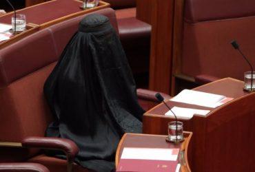 Сенатор пришла в парламент Австралии в парандже и попросила запретить так одеваться