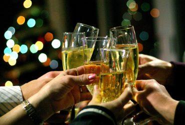 На авиакомпанию подали в суд из-за того, что они предлагают игристое вино вместо шампанского