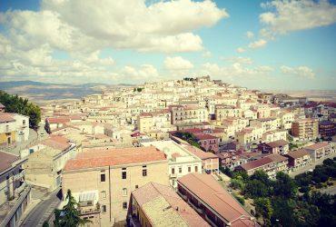 Мэр итальянского города платит людям за то, чтобы они переехали туда