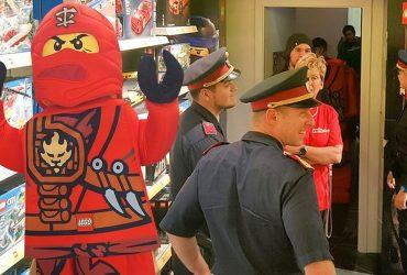 Полиция взяла штурмом детский магазин игрушек, чтобы проверить личность «ниндзя»