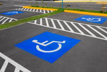С завтрашнего дня возрастут штрафы за парковку на местах для инвалидов