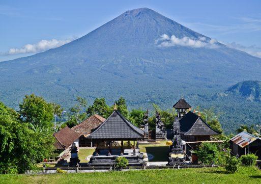 На острове Бали началось извержение вулкана (ВИДЕО)