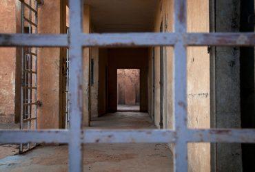 В какой стране полиция поощряет насилие в тюрьмах, а адвокатов не допускают к слушаниям?