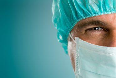 На хирурга подали в суд за то, что он проводил операцию и сдавал экзамен по телефону