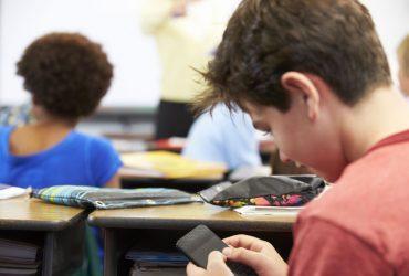 Во французских школах запретили пользоваться мобильными телефонами