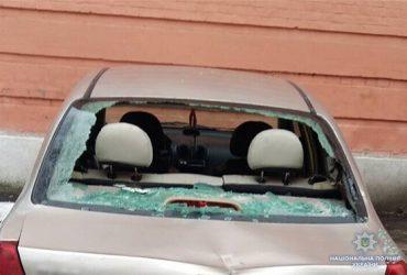 Одессит с топором в руках раскрошил 13 автомобилей возле Соломенского суда столицы (ФОТО)