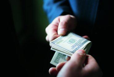 Коррупция в столичной полиции: оперуполномоченного задержали на взятке $2000 (ФОТО)