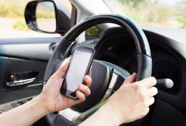 Французским водителям запретили полностью пользоваться телефоном, даже во время остановки