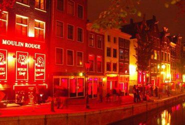 «Улица красных фонарей» уже не та: в Амстердаме туристам запретили смотреть на проституток