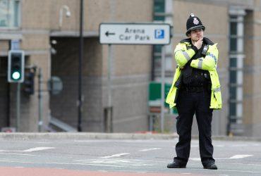 Не умеющий плавать британский полицейский спас утопающего