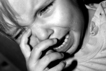 В Кыргызстане 3-летний ребенок впал в кому после того, как мать избила его железной шумовкой
