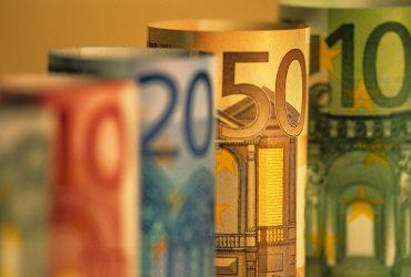 Во Франции задержали бездомного, который вынес из аэропорта €500 тысяч