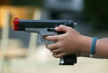 8 полицейских грабили подозреваемых и подбрасывали им игрушечные пистолеты
