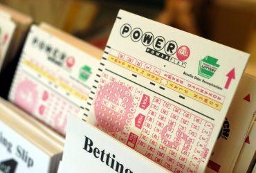 Женщина, выигравшая в лотерее полмиллиарда долларов, подала на неё в суд